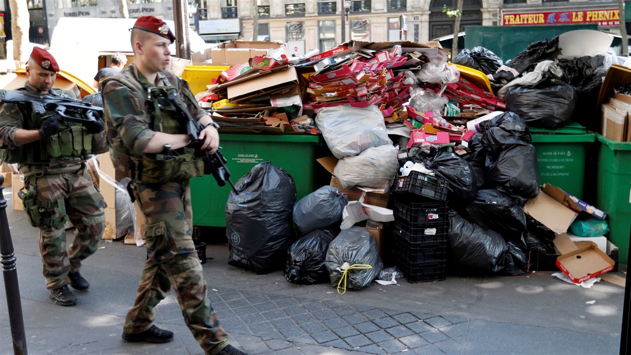 Des quantités importantes de déchets s'accumulent dans les rues de Paris alors que la France se prépare à donner le coup d'envoi à l'Euro 2016.