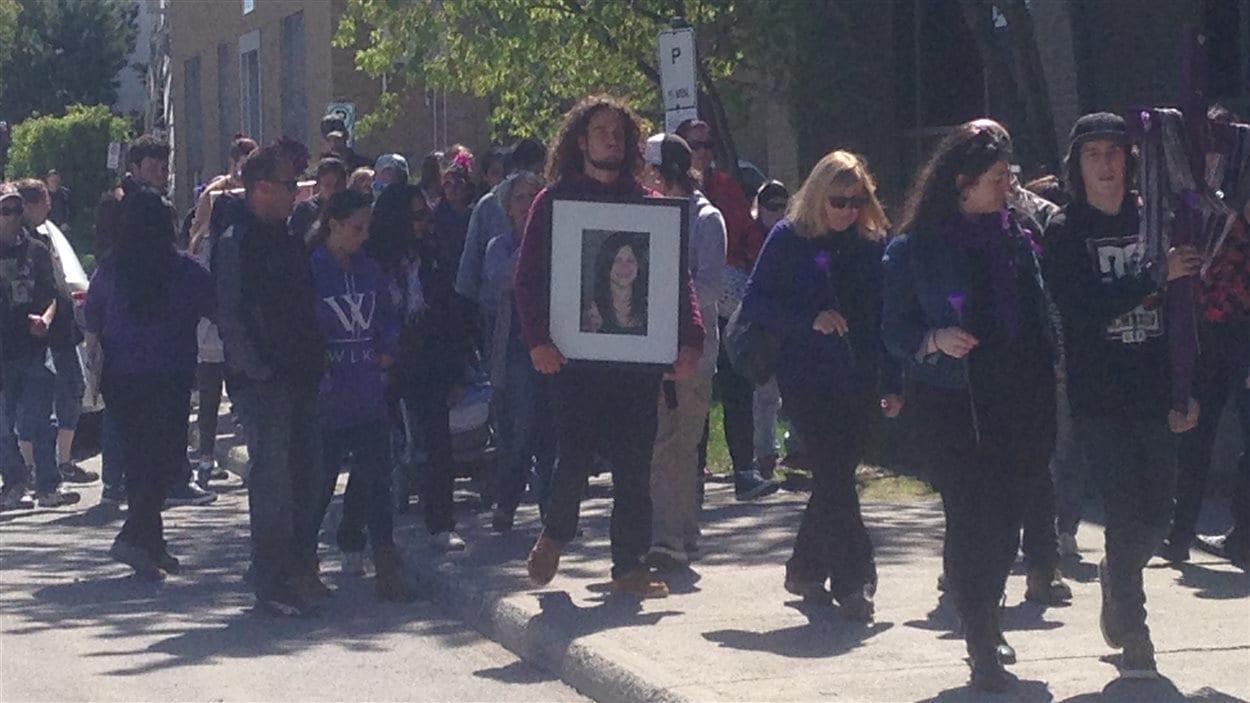 De nombreuses personnes marchent en mémoire de Marie-Ève Charron