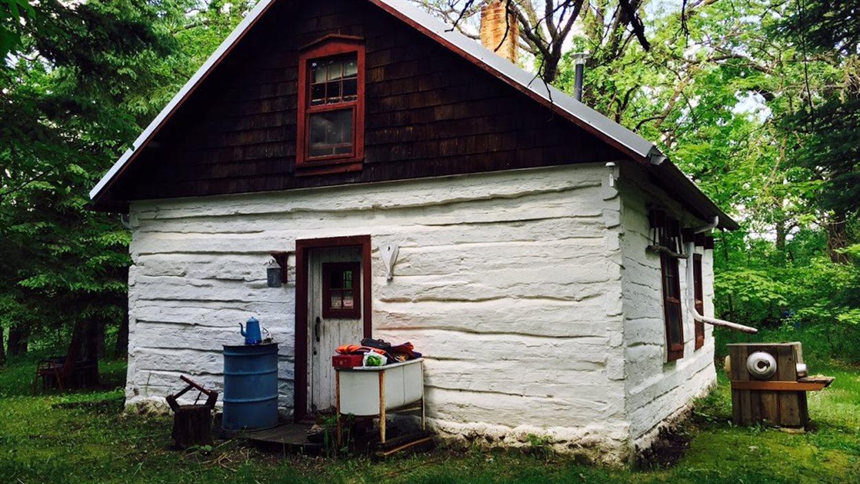 Cette ancienne maison métis construite en 1872 appartient à Réal Bérard. Selon lui, c'est l'une des plus anciennes maisons encore debout dans le sud du Manitoba.