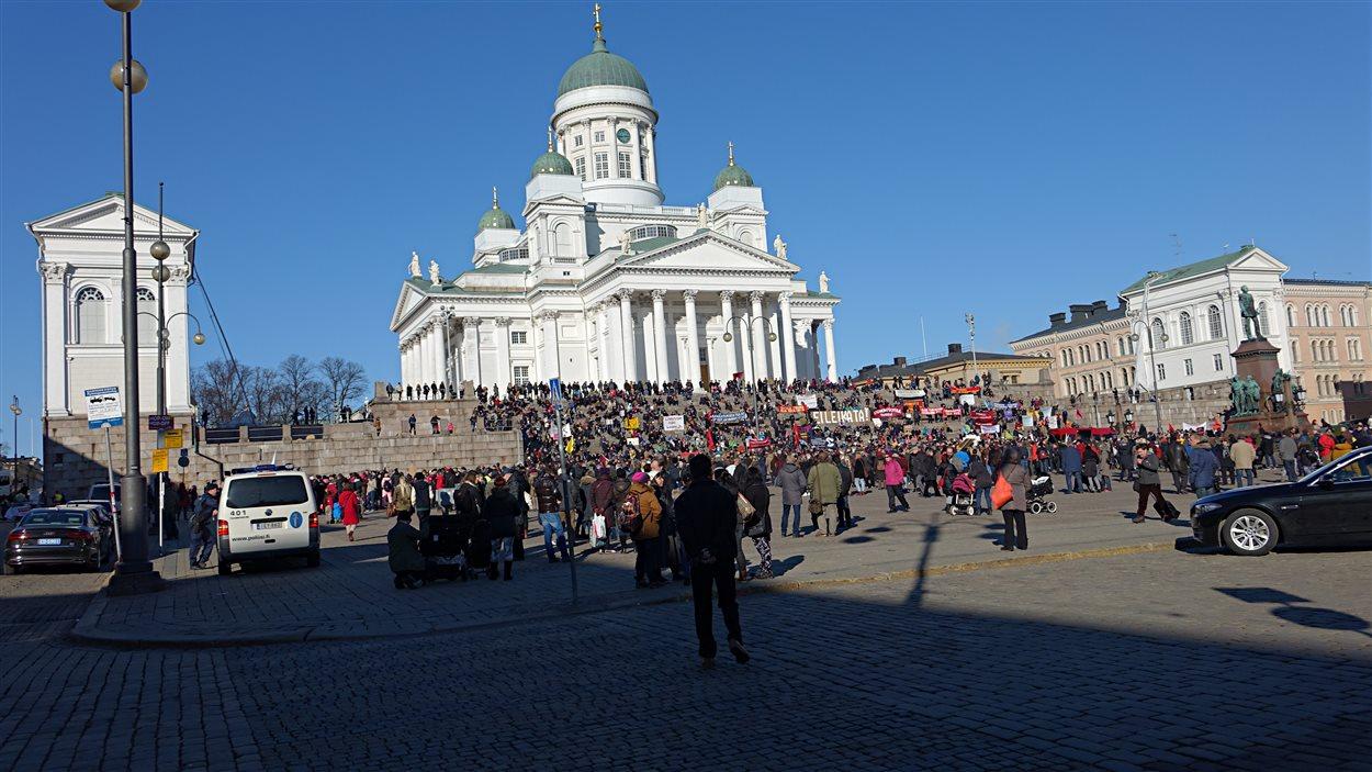 Des manifestants se sont rassemblés dans la capitale finlandaise pour exiger le maintien de leurs acquis sociaux.