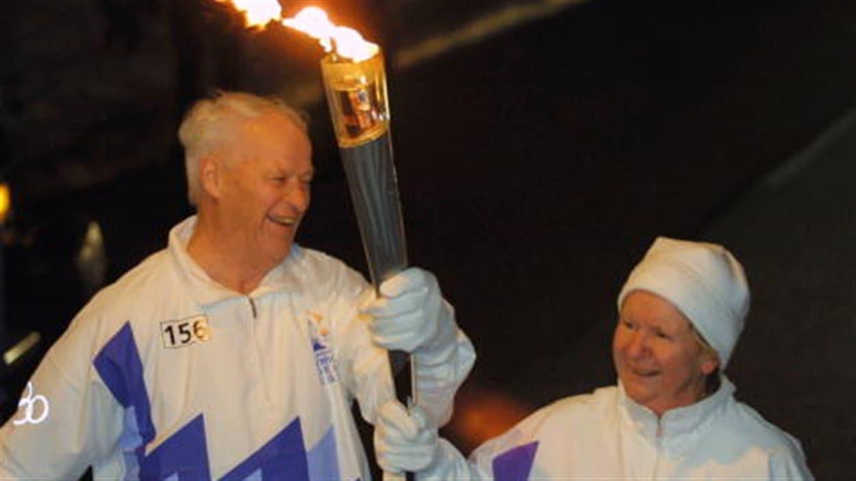 Gordie avec sa compagne et agente de toujours Colleen portant la flamme des Jeux olympiques de Salt Lake City en 2002