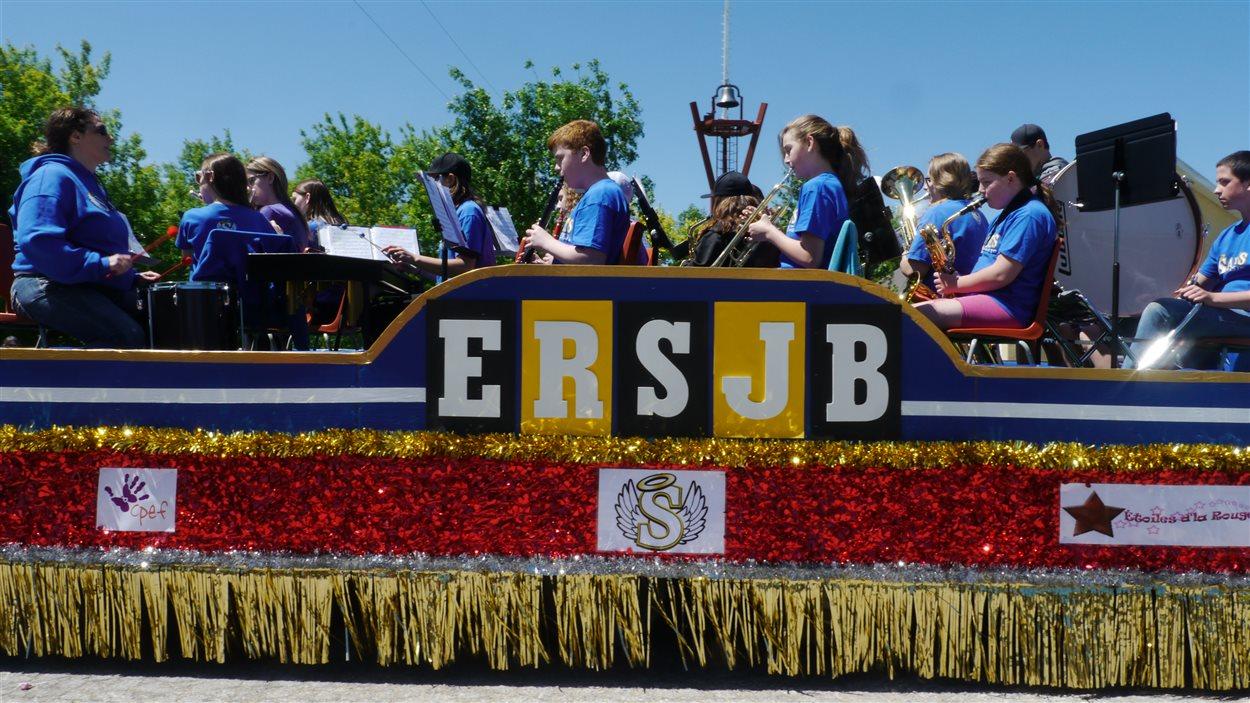 Des élèves de l'École régionale Saint-Jean-Baptiste, lors du défilé au festival Montcalm à Saint-Joseph.