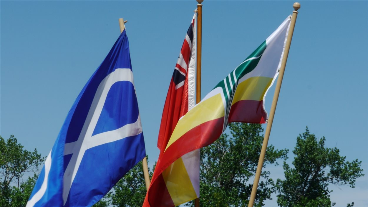 Des drapeaux au festival Montcalm à St-Joseph, au Manitoba.