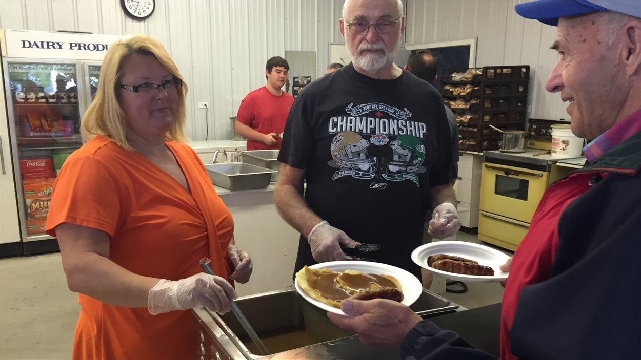 Un déjeuner aux crêpes était servi au festival Montcalm, à Saint-Joseph.