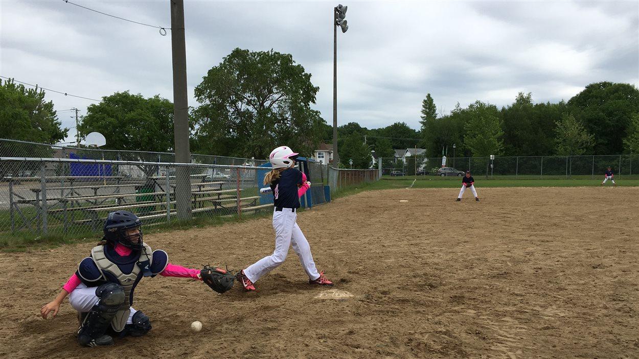 Des jeunes filles qui jouent au baseball dans le secteur Pointe-du-Lac à Trois-Rivières.