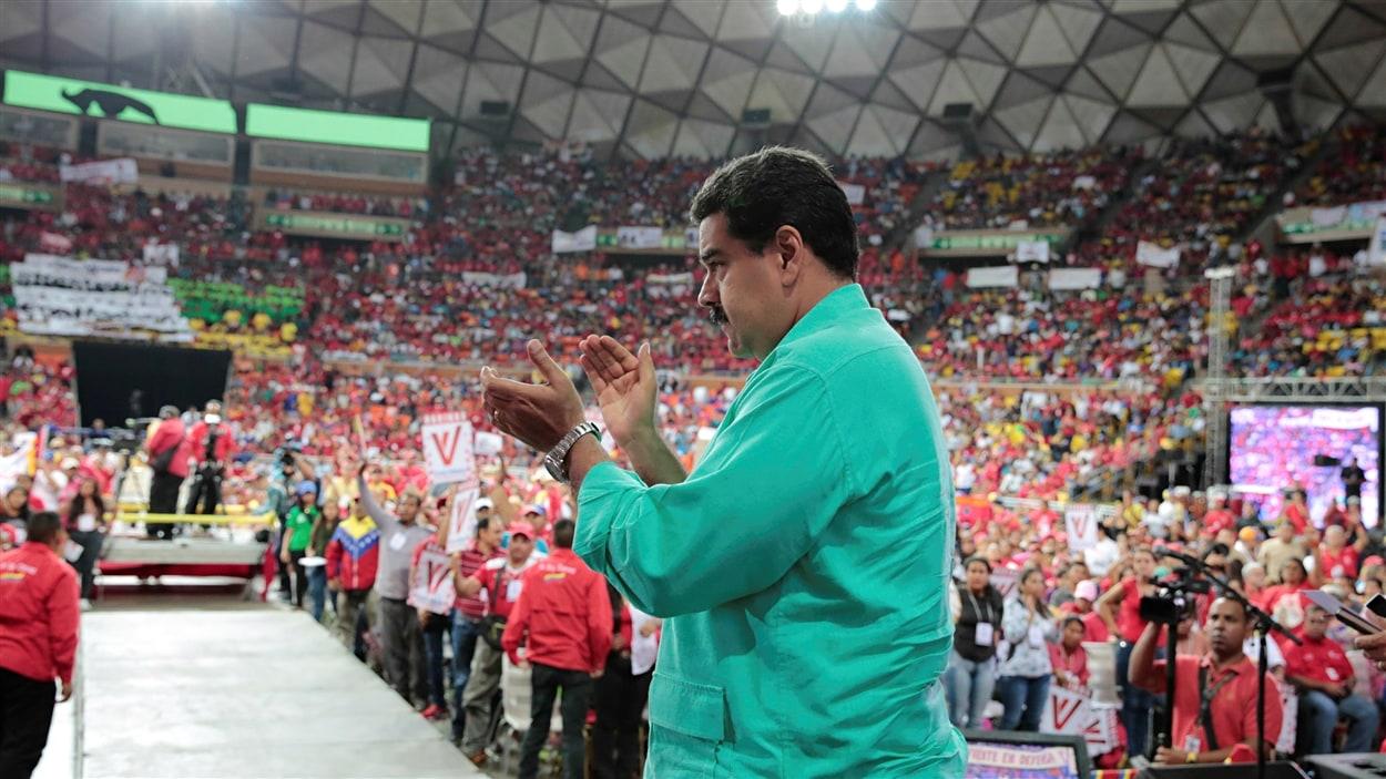 Sept Vénézuéliens sur dix souhaitent le départ du président du Maduro, mais ils sont encore peu nombreux à manifester, rapporte l'AFP.