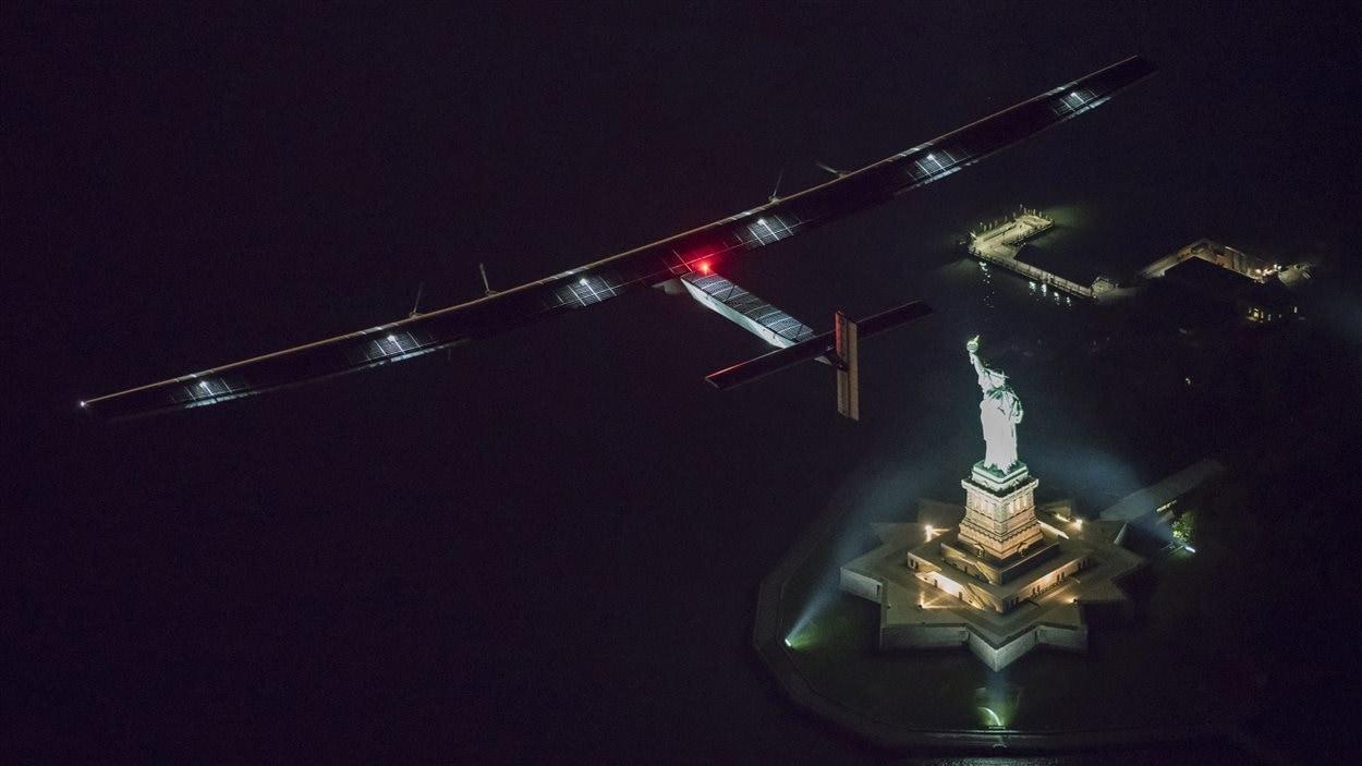 Solar Impulse 2, survolant la Statue de la Liberté.