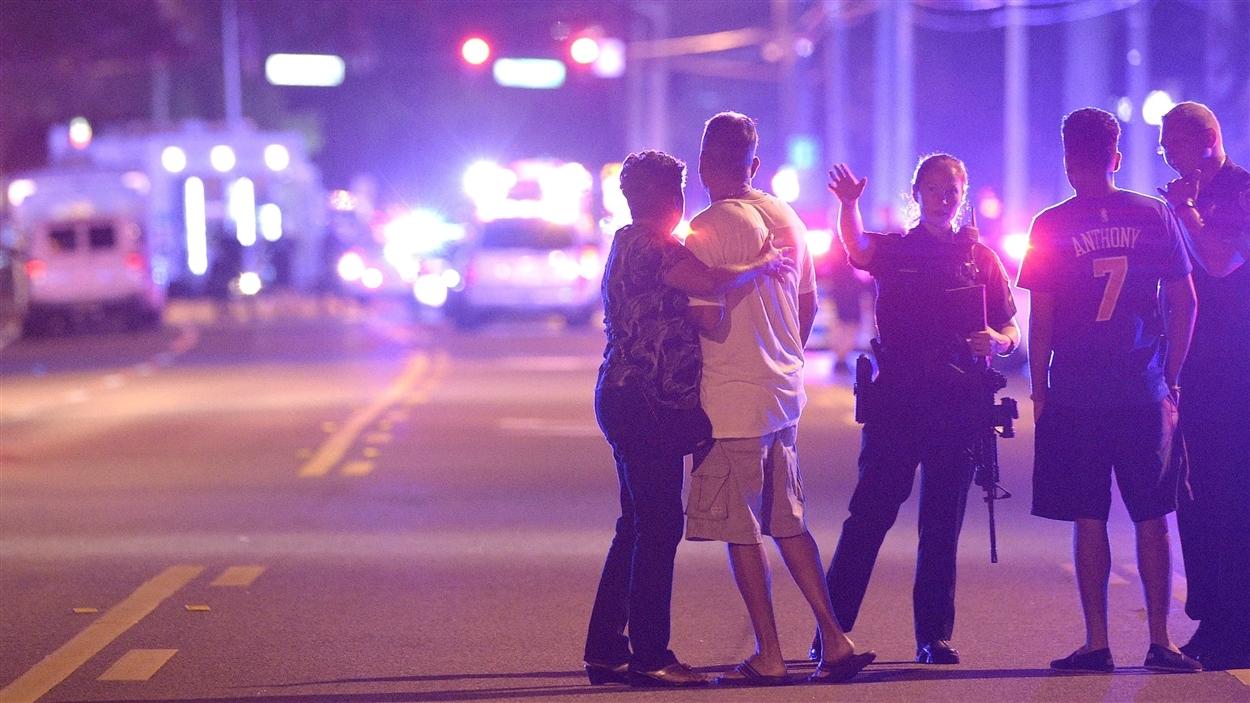 Des témoins sous le choc après une fusillade dans une boîte de nuit d'Orlando, en Floride.
