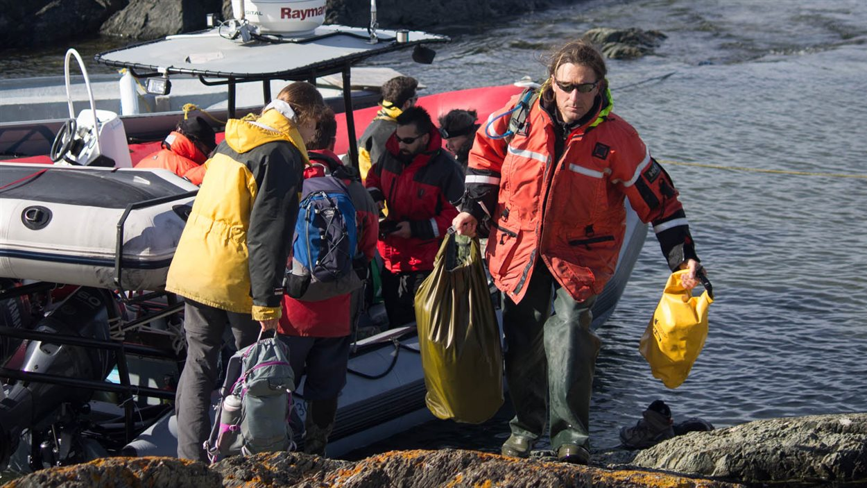 L'équipe de biologistes d'Environnement Canada et de techniciens de l'UQAM accoste à l'Île Bicquette