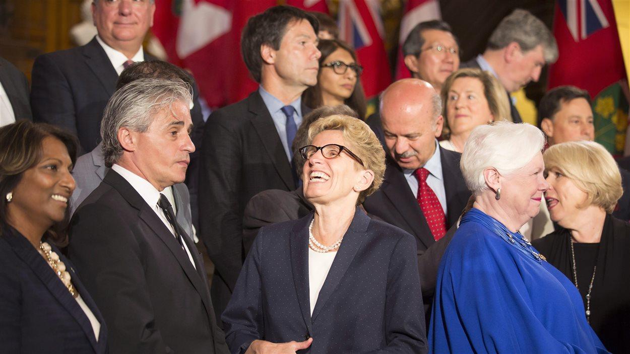 La première ministre Kathleen Wynne entourée des membres de son nouveau Cabinet.