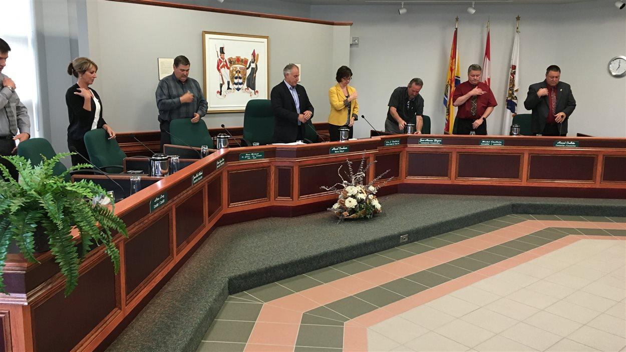 La séance du Conseil municipal de Grand-Sault a commencé avec la prière, mardi soir.