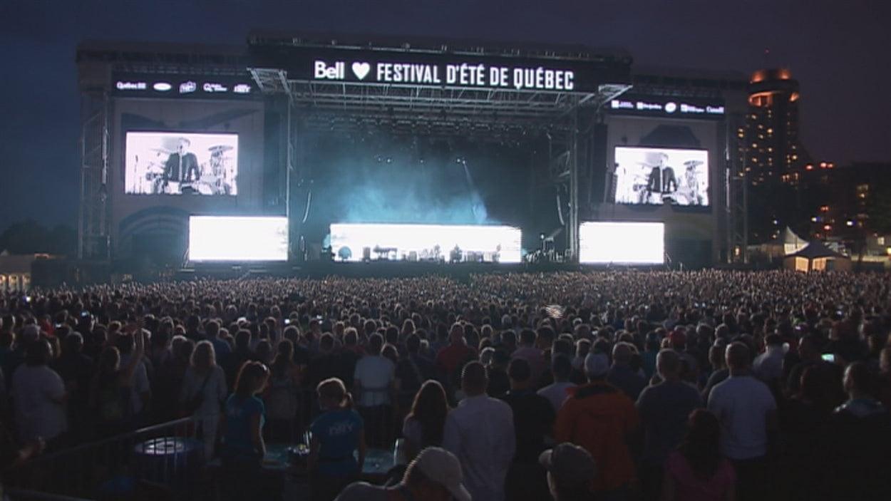 Bell est le présentateur officiel de l'imposante scène du Festival d'été située sur les plaines d'Abraham.