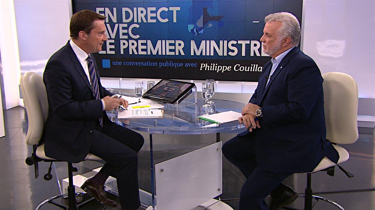 Patrice Roy s'entretient avec le premier ministre Philippe Couillard.