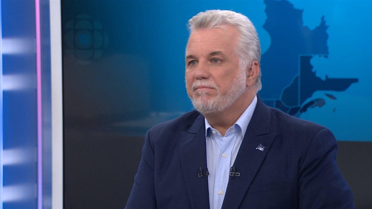 Le premier ministre québécois, Philippe Couillard,  répond aux questions de Patrice Roy sur les onde de ICI Radio-Canada.