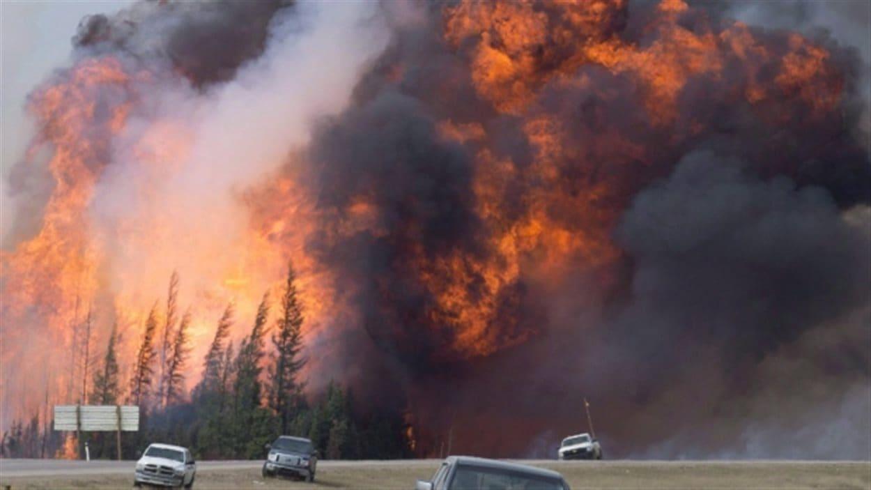 Le feu de forêt de Fort McMurray pourrait faire perdre 1,4 milliard de dollars à l'industrie du pétrole.