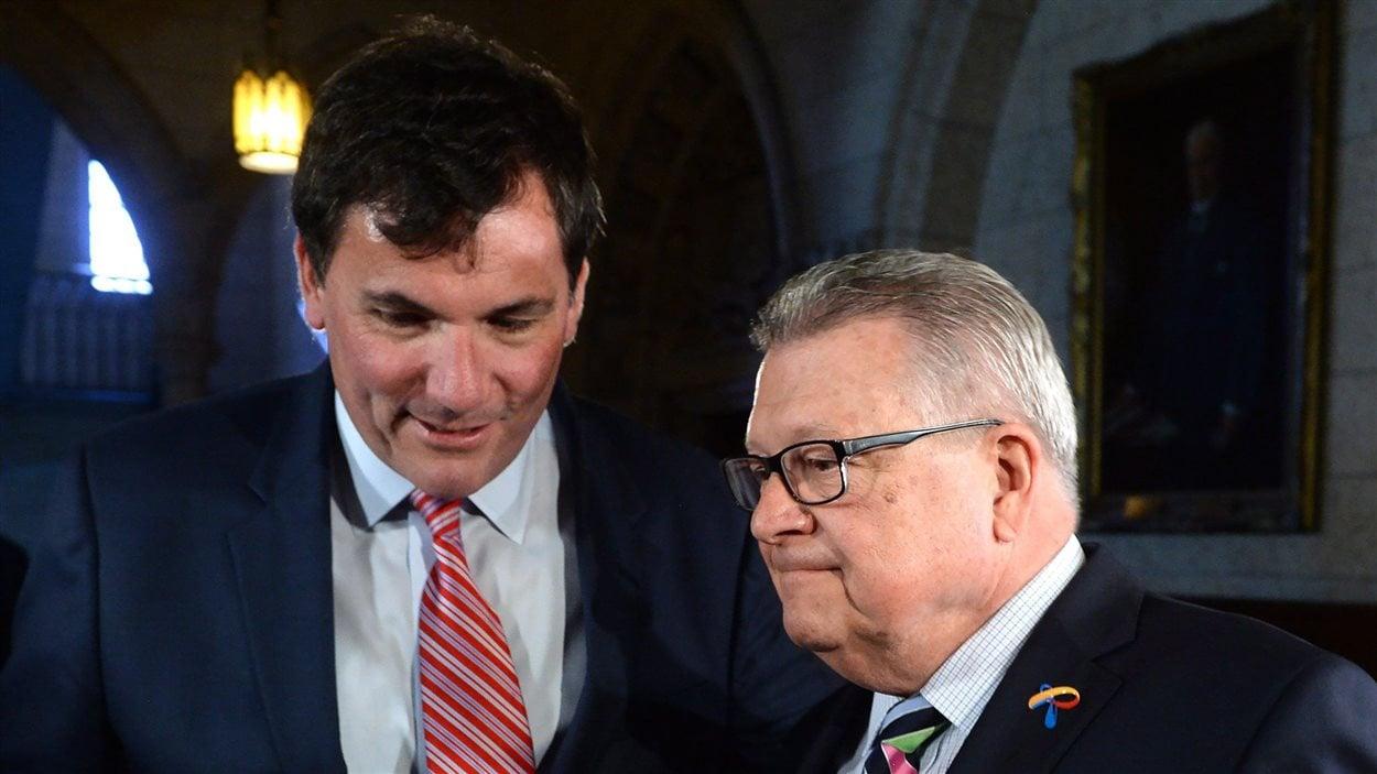 Dominic LeBlanc et Ralph Goodale, respectivement leader du gouvernement fédéral et ministre de la Sécurité publique et de la Protection civile