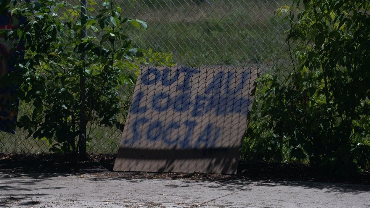 Une pancarte où l'on peut lire «Oui au logement social»