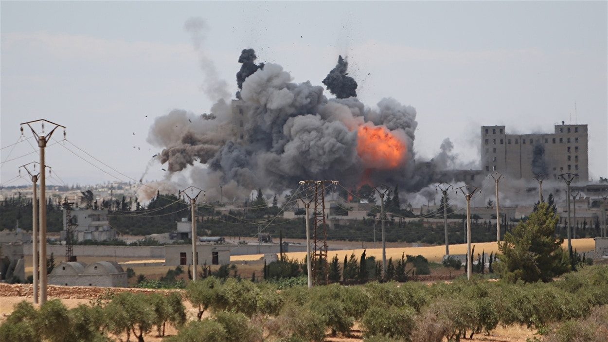Des raids aériens sont menés contre une ville du gouvernorat d'Alep, en Syrie.