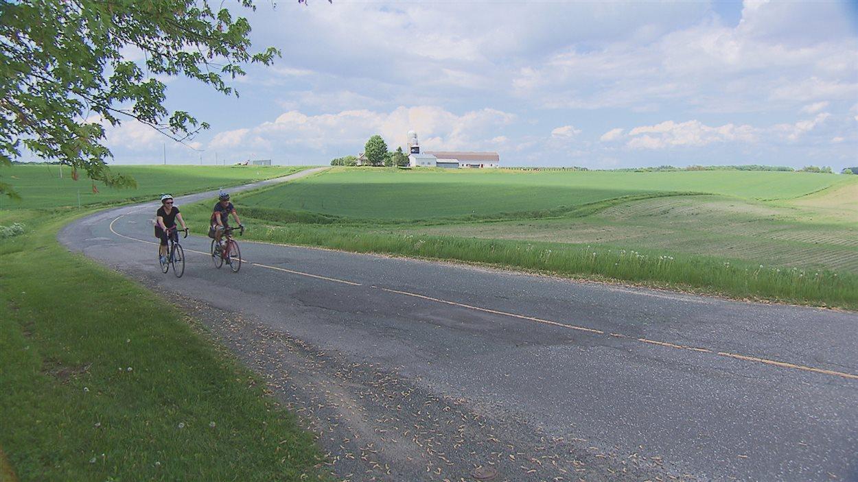 Deux cyclistes sur le rang de l'île à Nicolet