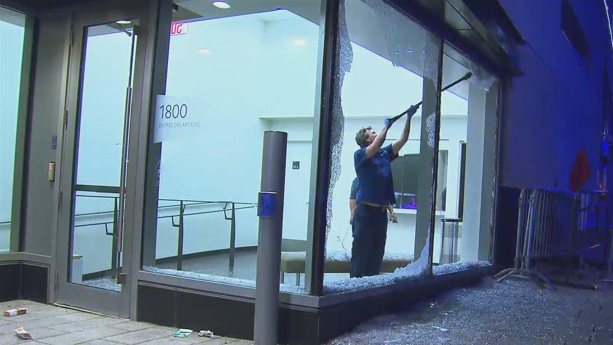 Des fenêtres du 1800 rue Saint-Urbain à Montréal ont été fracassées dans la nuit du 17 au 18 juin 2016 durant un mouvement de foule aux FrancoFolies.