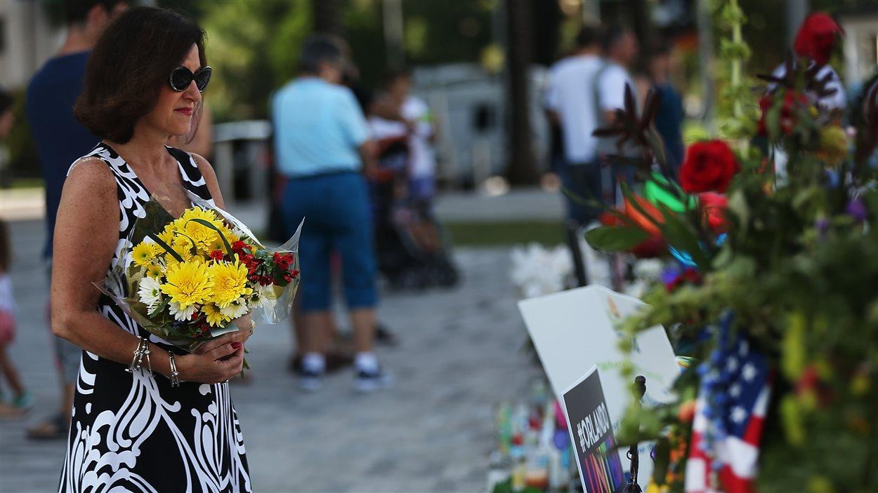 Une femme se recueille près du bar où 49 personnes ont été tuées à Orlando.