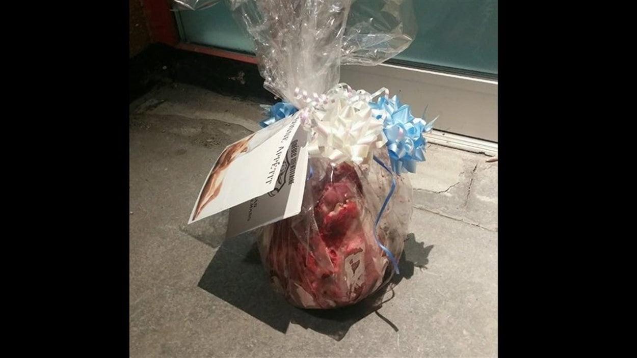 La tête de cochon a été déposée devant l'établissement.