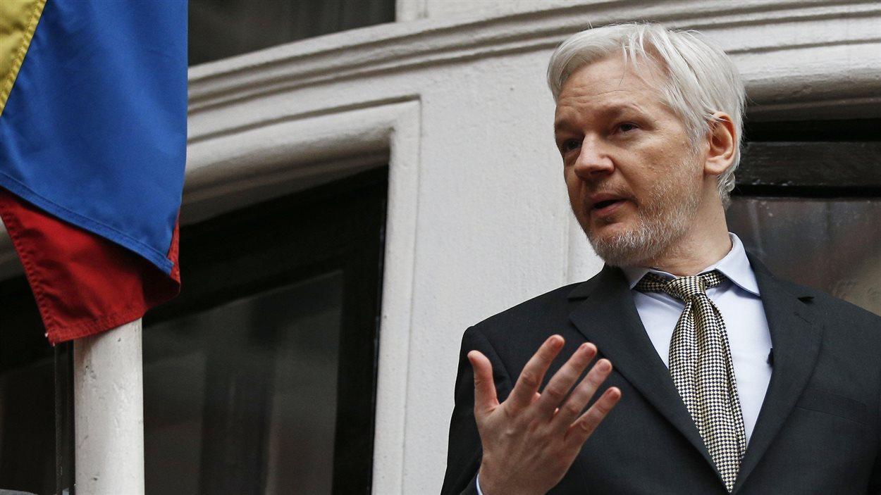 Julien Assange au balcon de l'ambassade de l'Équateur