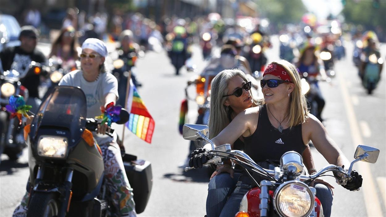 Plusieurs motocyclettes ont défilé à Denver dans le cadre d'un événement pour la Fierté gaie.