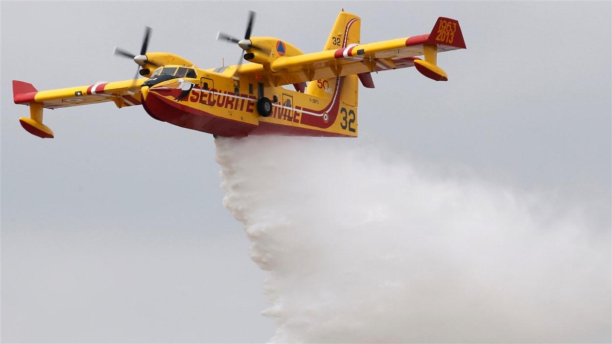 Un avion amphibie CL-215
