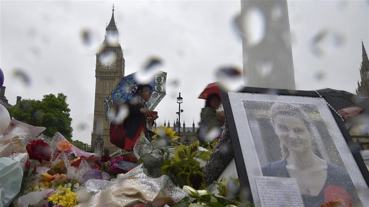 Des fleurs ont été déposées devant le parlement britannique en mémoire de la députée travailliste tuée en pleine rue Jo Cox.