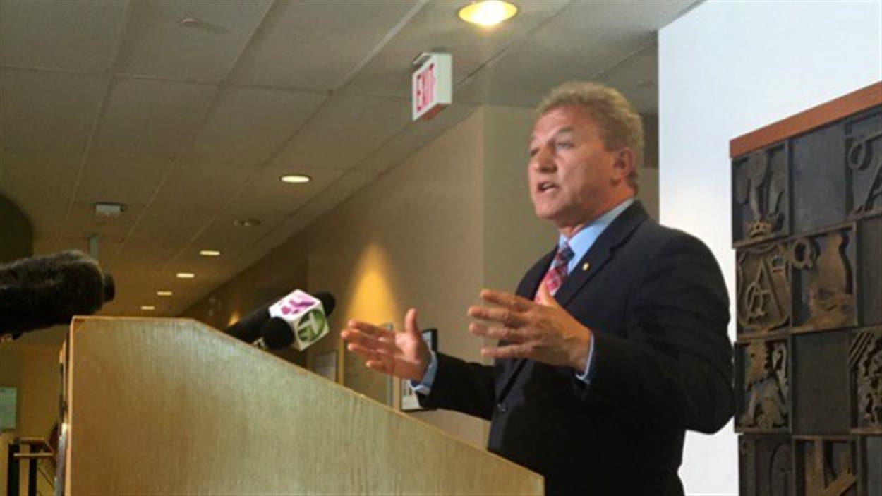 Le président de la commission scolaire de Vancouver, Mike Lombardi, lors d'une conférence de presse lundi.