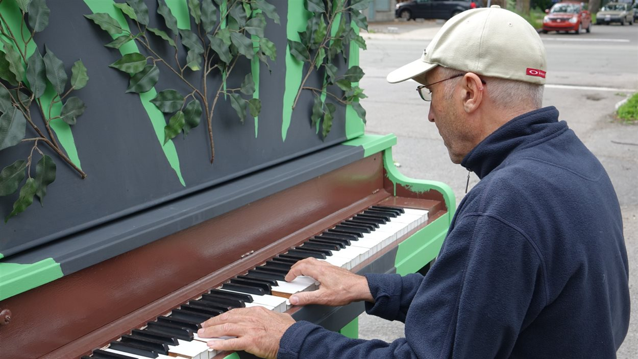 Un pianiste en herbe teste le nouveau piano vert