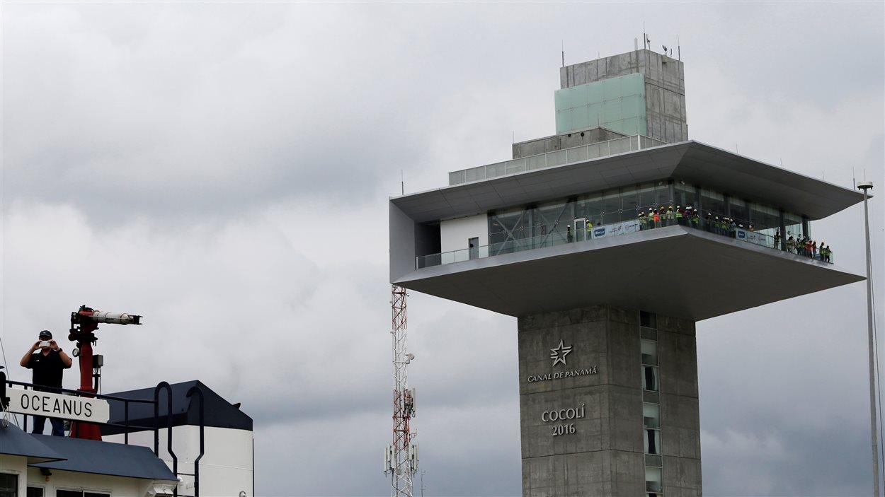 La tour de contrôle des nouvelles écluses de Cocoli, à Panama – des instruments ultramodernes pour gérer le trafic, le jeu d'écluses et les trois bassins de recyclage d'eau.