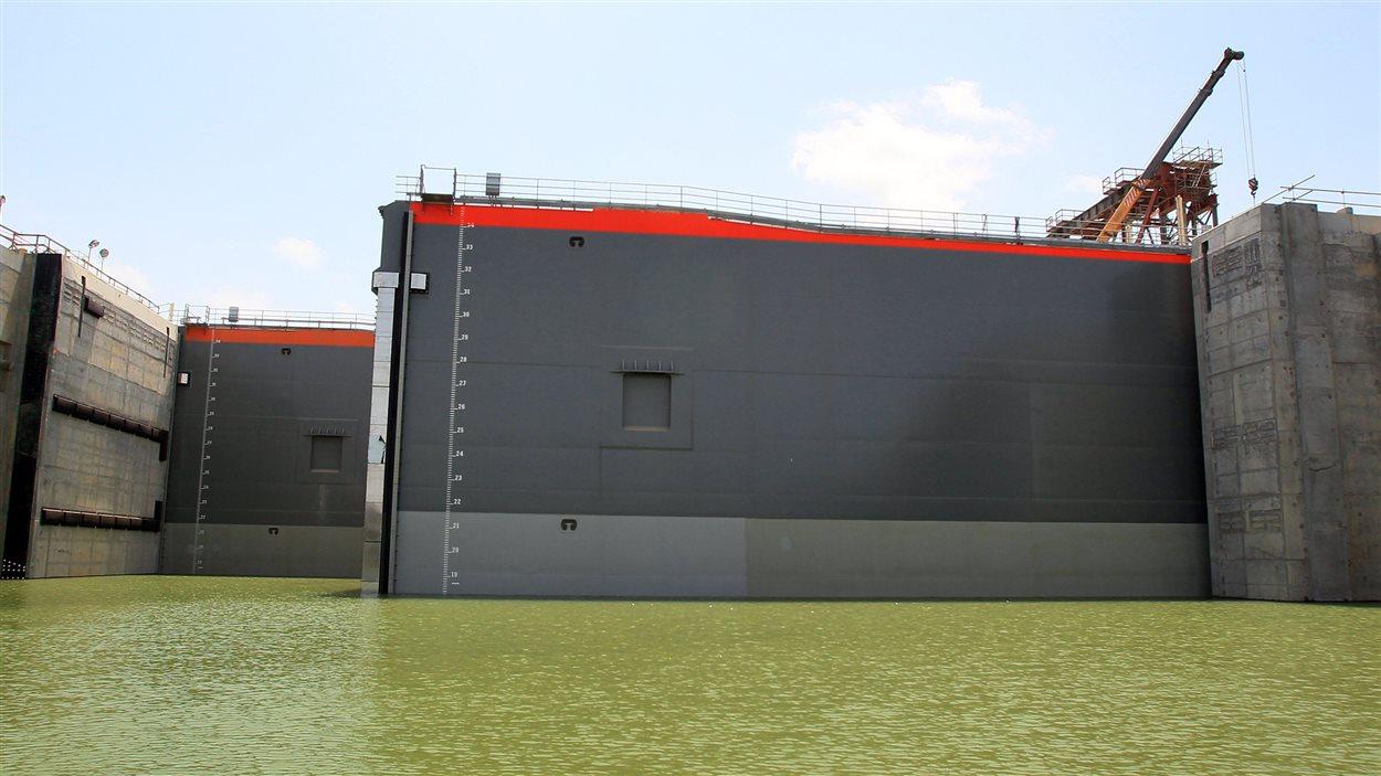 Les nouvelles écluses sont des portes coulissantes qui pèsent 3300 tonnes chacune.