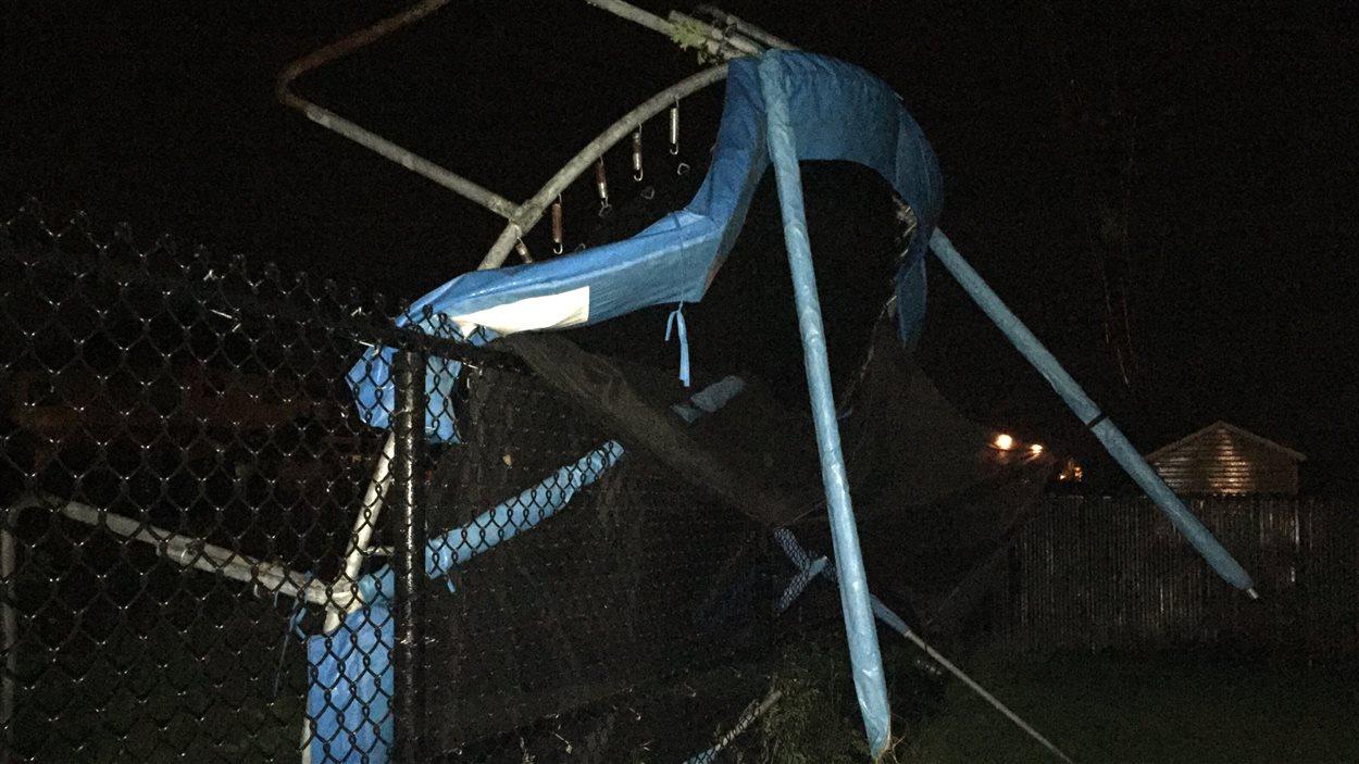 Un trampoline a été renversé en raison des forts vents.