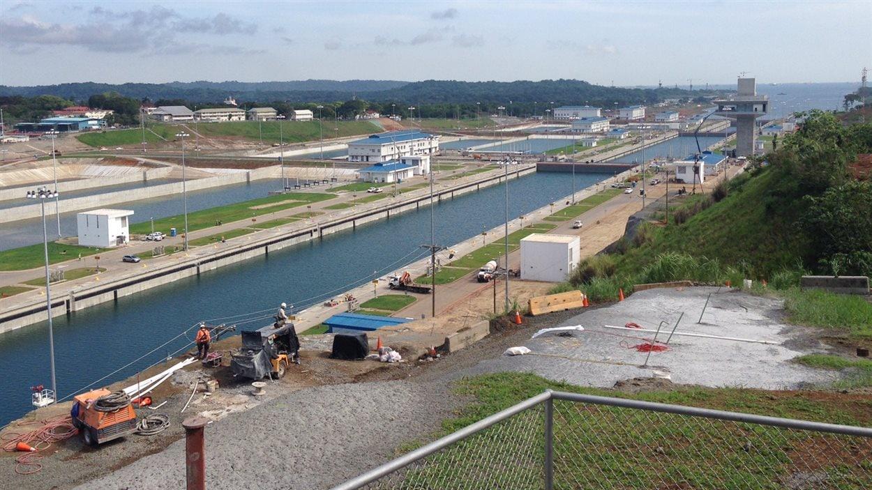 Les nouvelles écluses d'Agua Clara, côté Atlantique. Elles doivent hisser le navire à 26 mètres au dessus du niveau de la mer pour atteindre la hauteur du canal.