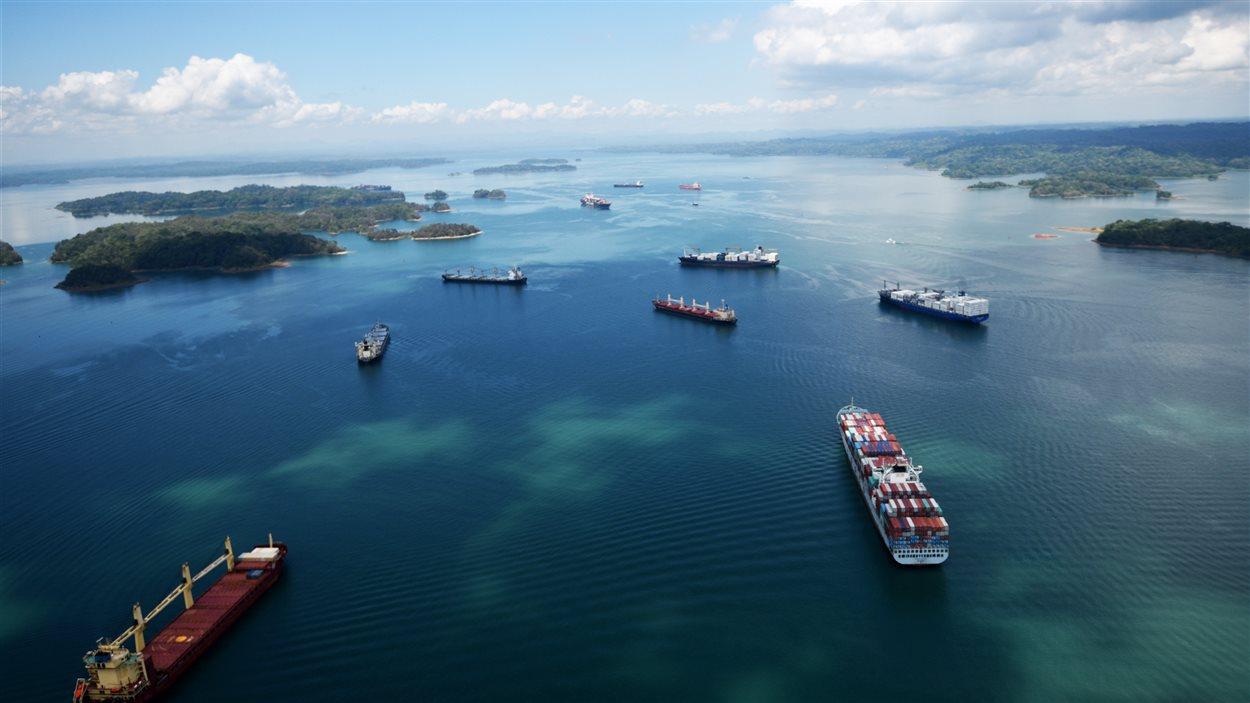 Navires en attente dans le lac Gatun, à la sortie des écluses du côté de l'océan Atlantique. Les prochains navires qui pourront franchir le canal seront deux à trois fois plus gros.