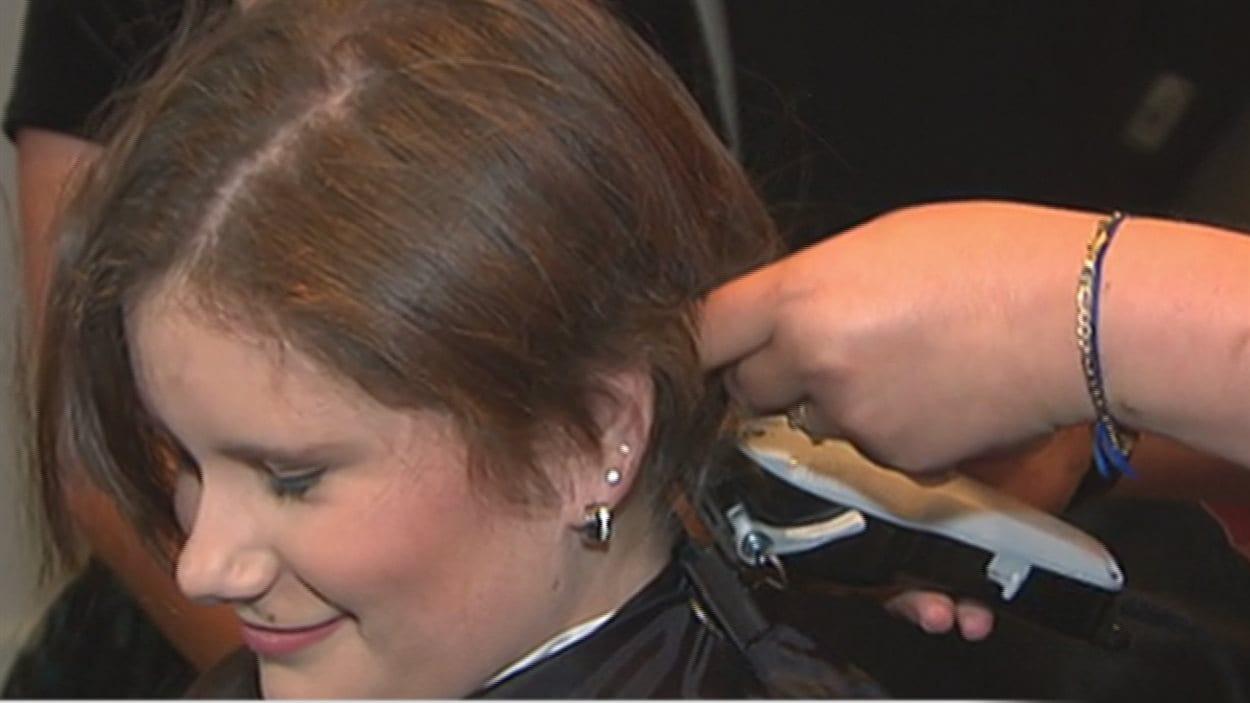 La jeune Ariane Lauzon se fait raser la tête pour Leucan