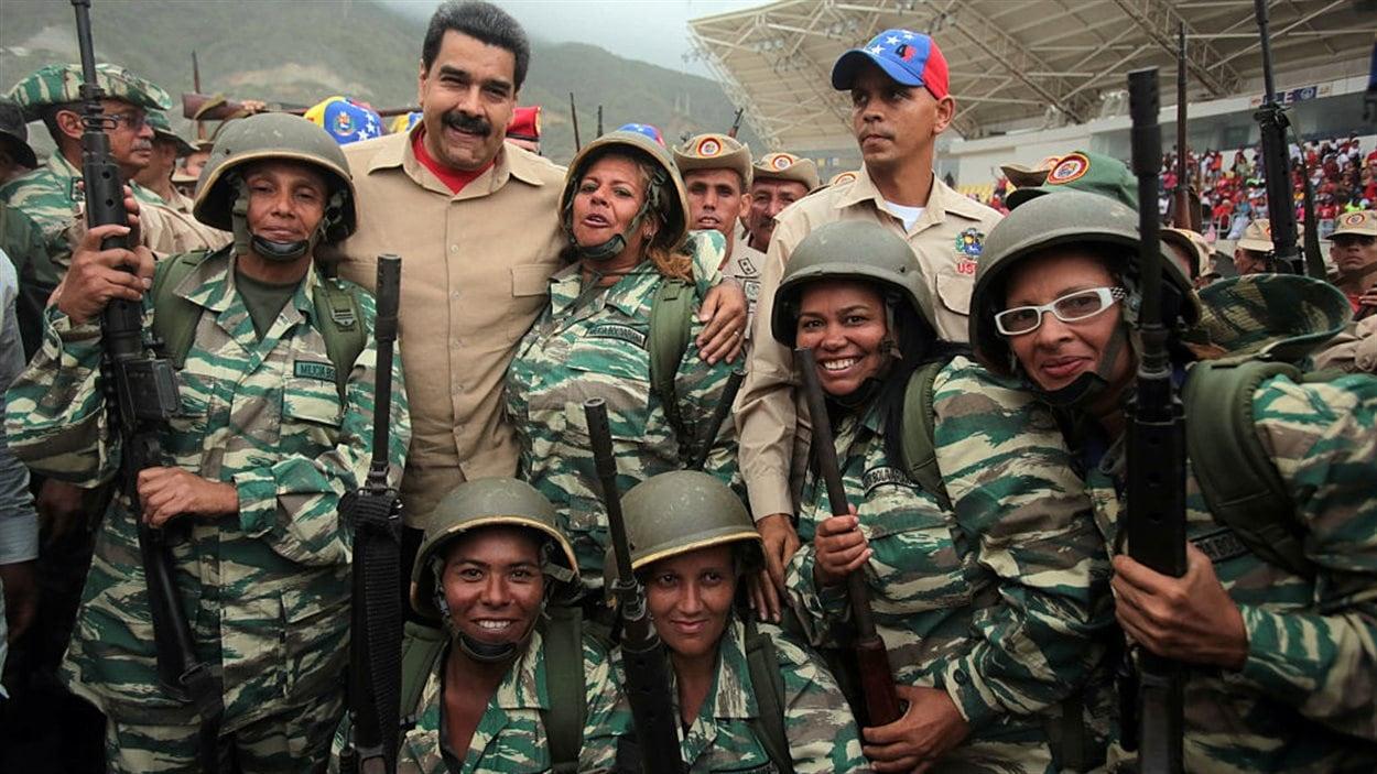 Le président Nicolas Maduro en compagnie de membres de la milice bolivarienne lors d'un entraînement à Caracas le 21 mai 2016.