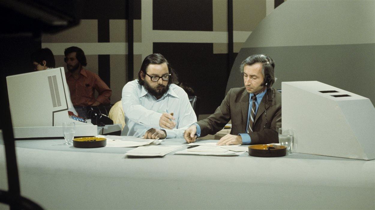 Claude Jean Devirieux en compagnie d'un invité non identifié lors de la couverture des élections fédérales en 1972.