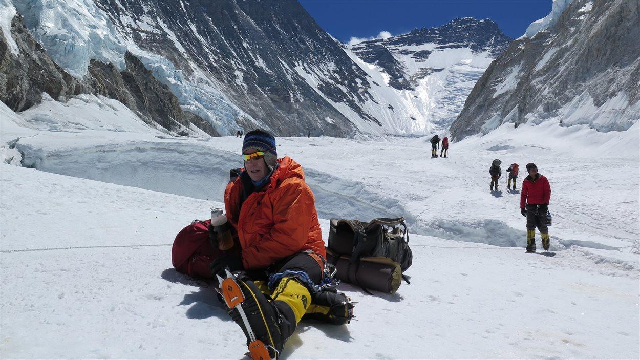 Jean-François Tardif au pied de l'Everest, avec son anorak en fibre d'asclépiade.