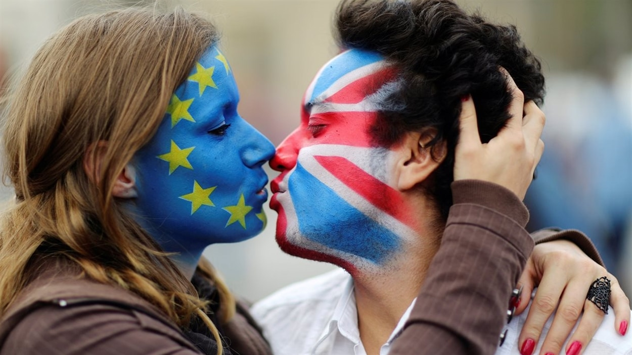 Deux activistes du Brexit et pour l'Union europeenne s'embrassent à Berlin