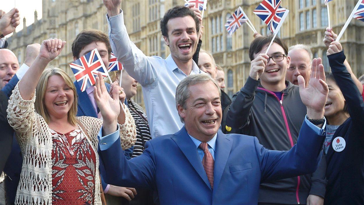 Le chef du parti anti-européen Ukip, Nigel Farage, célèbre la victoire du Brexit.