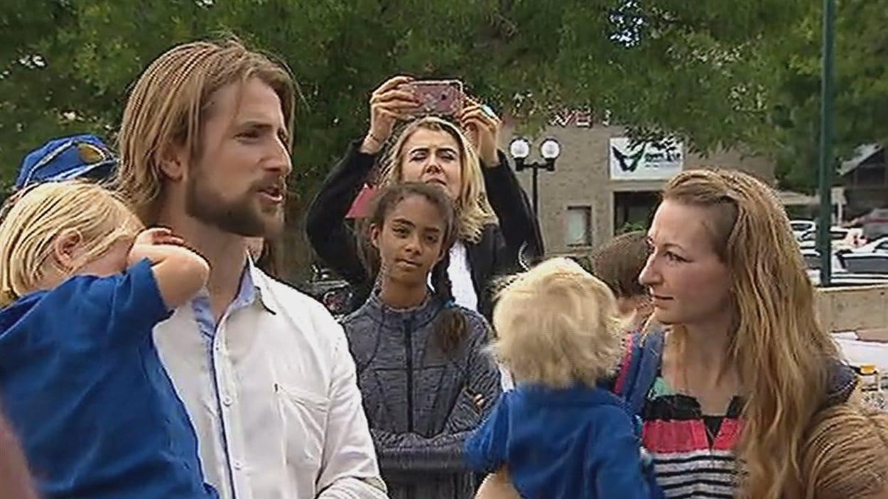David et Collet Stephan entourés de leurs enfants à leur arrivée à la Cour de Lethbridge le 24 juin 2016.