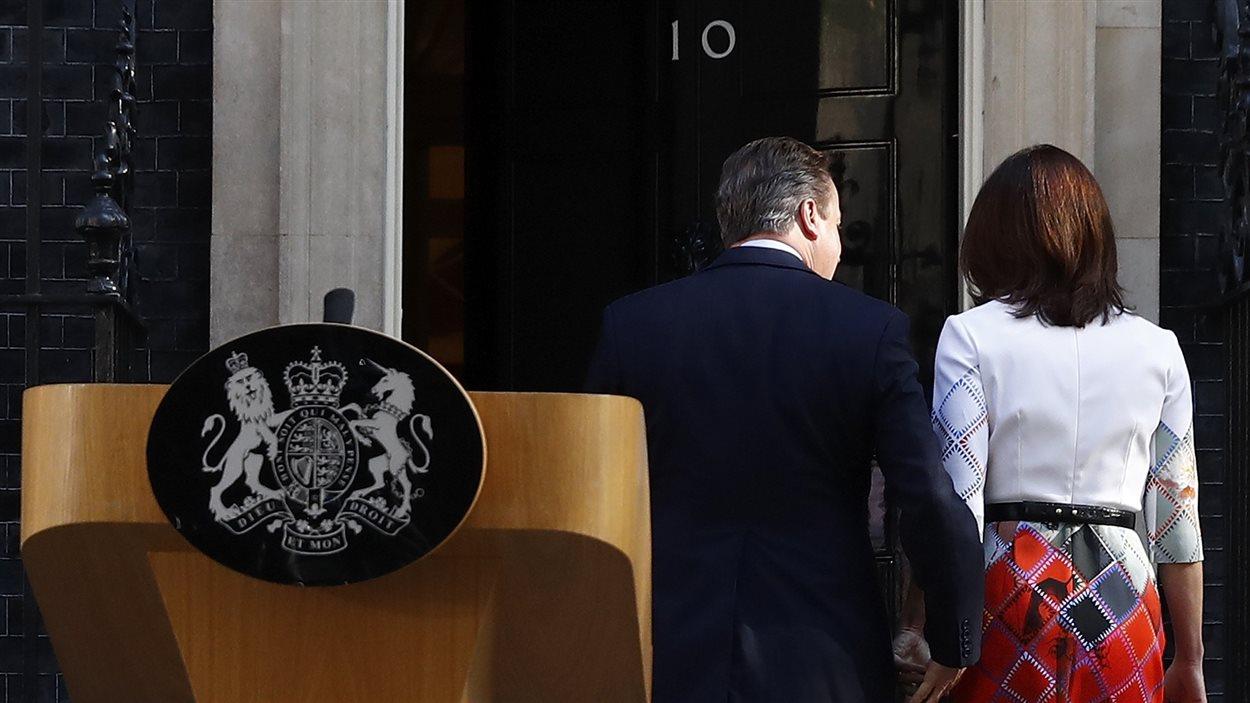 Le premier ministre David Cameron, accompagné de sa femme, retourne à sa résidence, après avoir annoncé qu'il quittera ses fonctions d'ici trois mois.