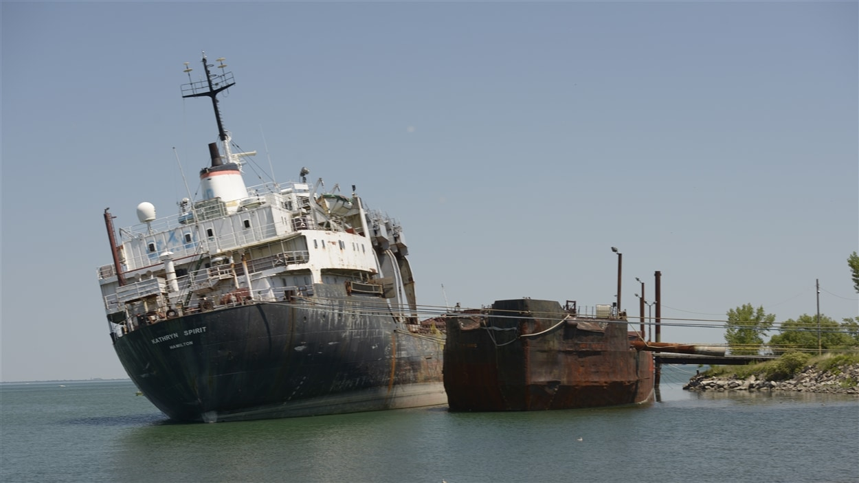 Le vieux cargo Kathryn Spirit est retenu par des cables d'acier pour le stabiliser, le 25 juin 2016.