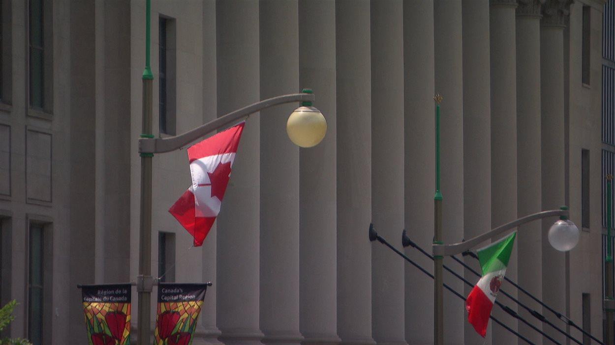 Les drapeaux canadiens et mexicains flottent à Ottawa.