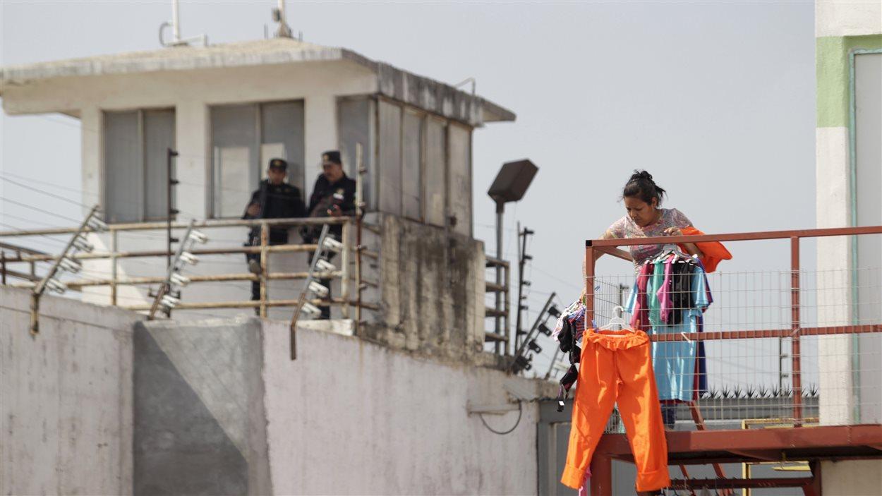 Une détenue étend son linge dans la prison de Topo Chico à Monterrey, au Mexique.