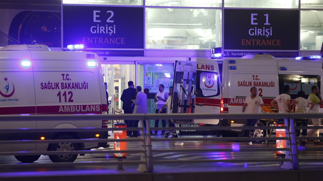 Plusieurs ambulances sont arrivées à l'aéroport d'Istanbul où deux explosions ont fait des morts et des blessés.