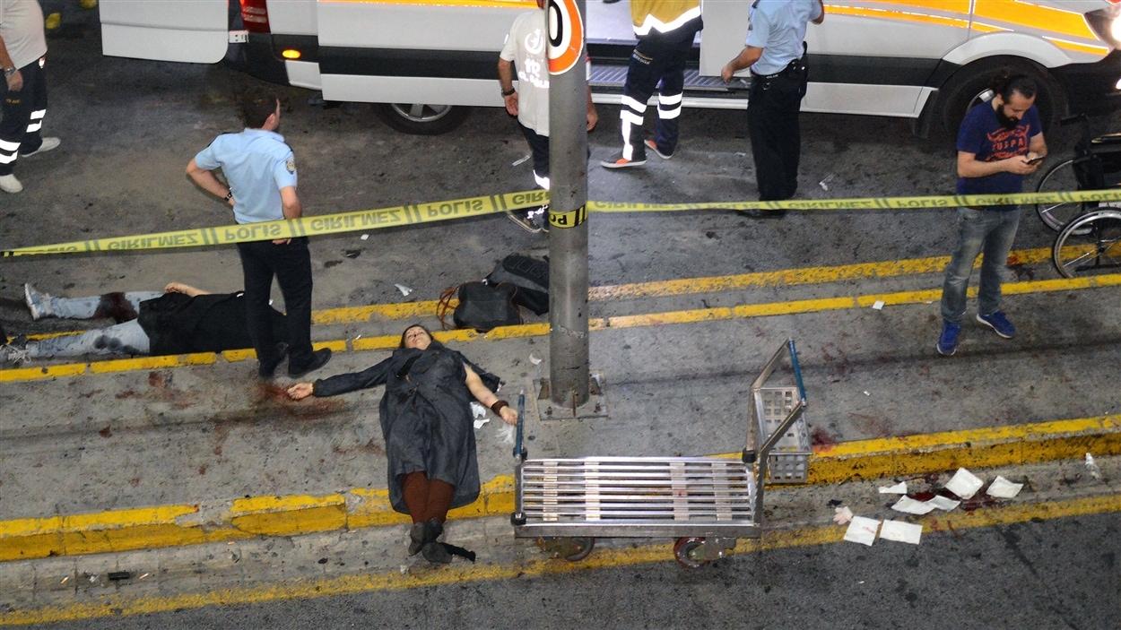 Des personnes blessées dans les explosions à l'aéroport d'Istanbul en Turquie.